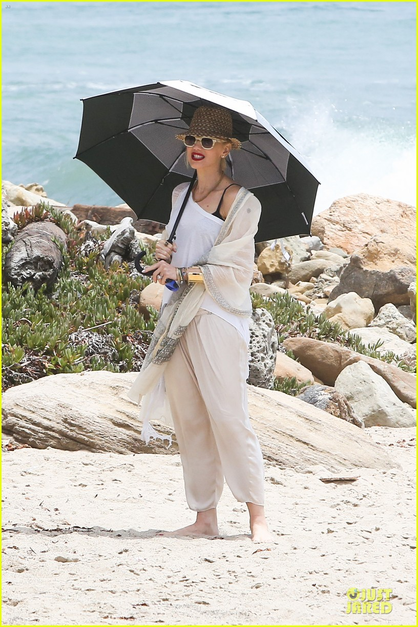 gwen stefani malibu beach mama with kingston zuma 192909003