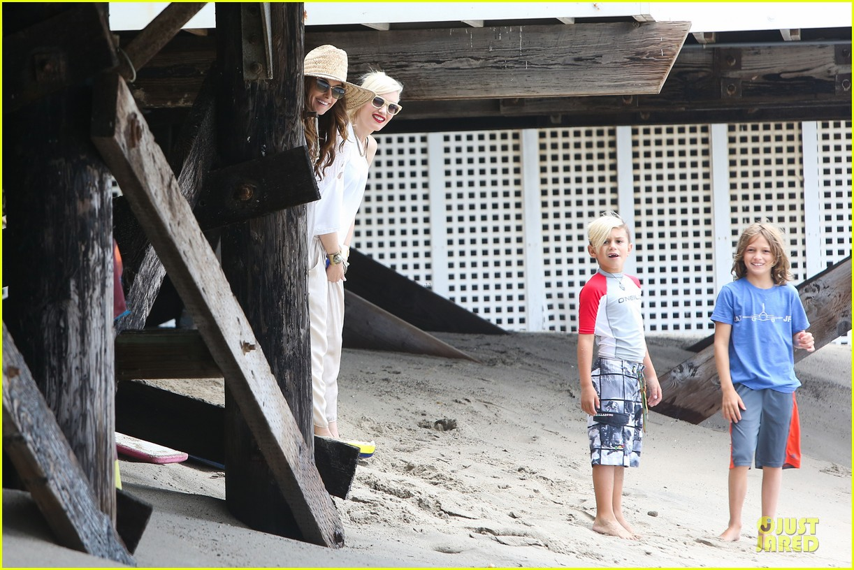 gwen stefani malibu beach mama with kingston zuma 26