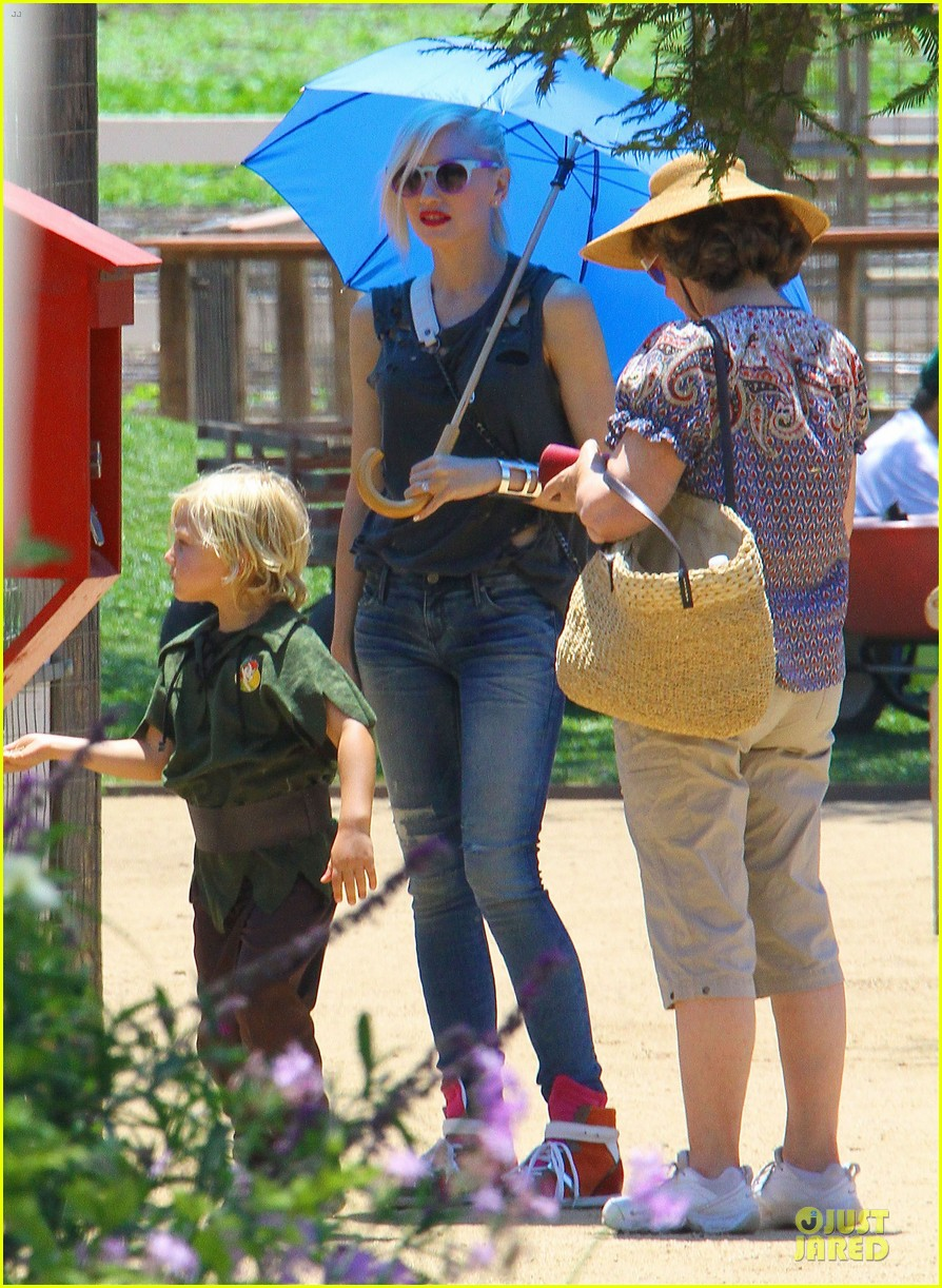 gwen stefani sun blocking umbrella at underwood family farms 052905103