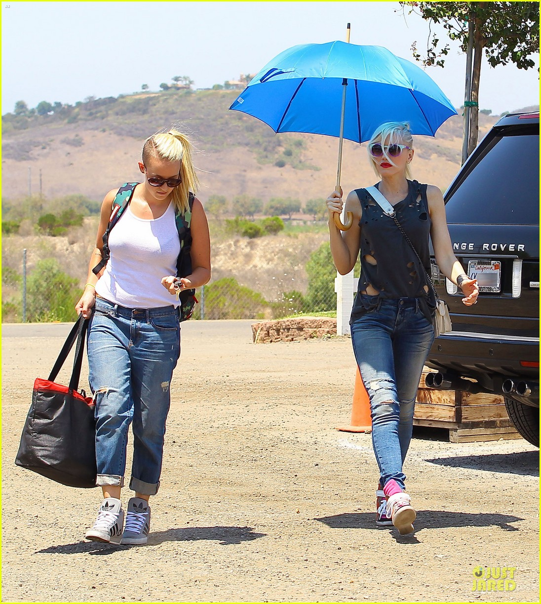 gwen stefani sun blocking umbrella at underwood family farms 11