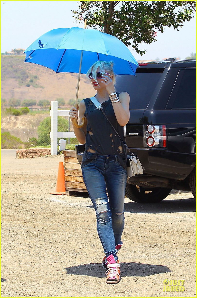 gwen stefani sun blocking umbrella at underwood family farms 152905113