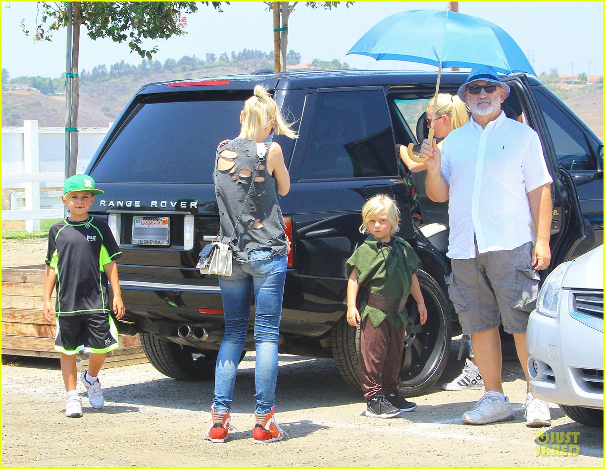 gwen stefani sun blocking umbrella at underwood family farms 24