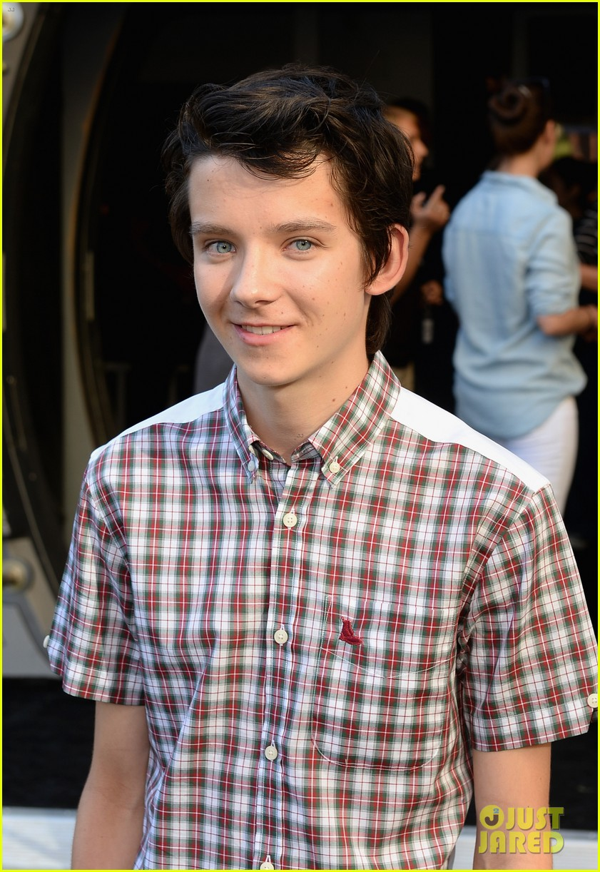 hailee steinfeld asa butterfield enders game at comic con 06