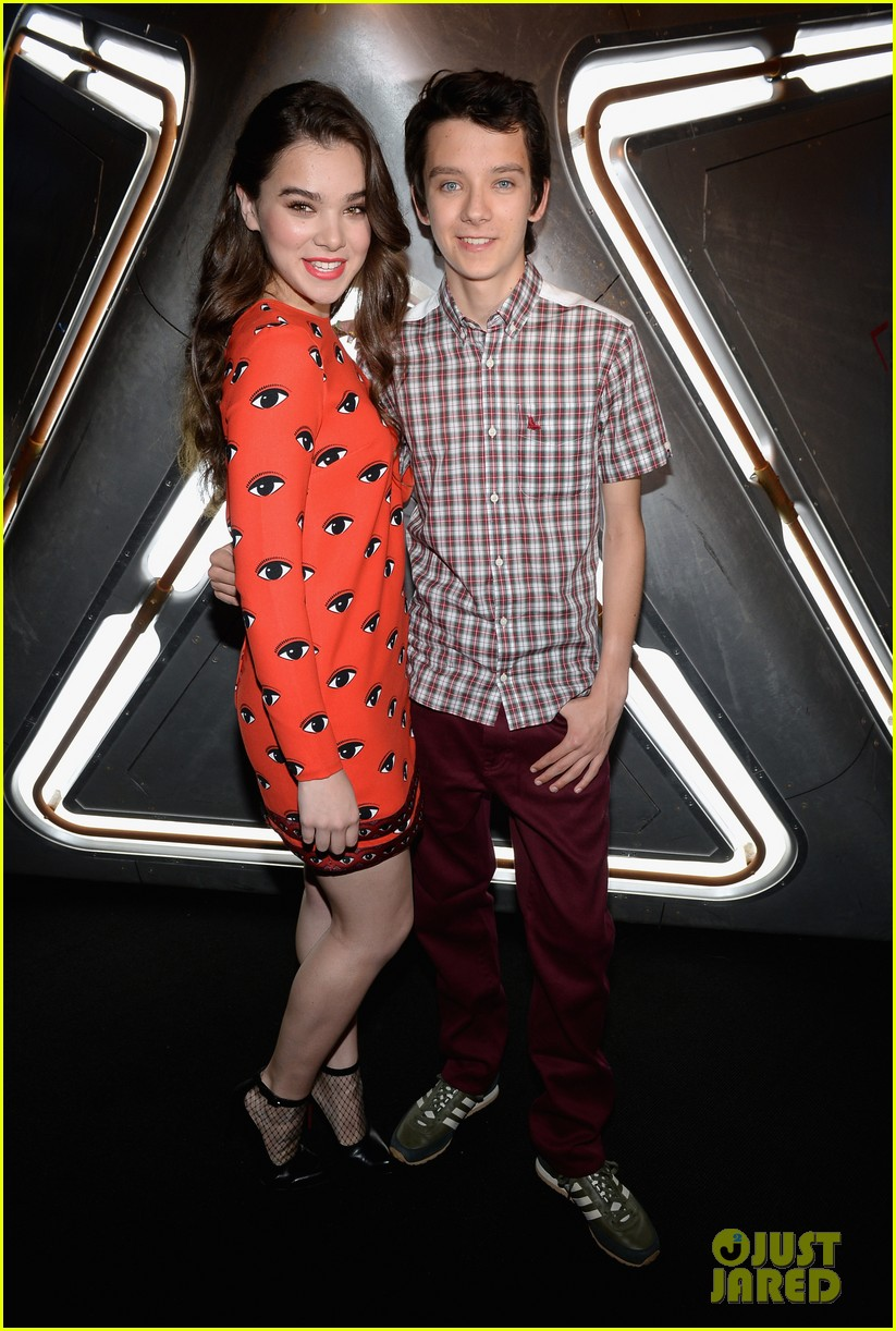 hailee steinfeld asa butterfield enders game at comic con 11