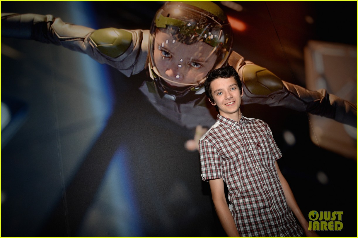 hailee steinfeld asa butterfield enders game at comic con 232911221