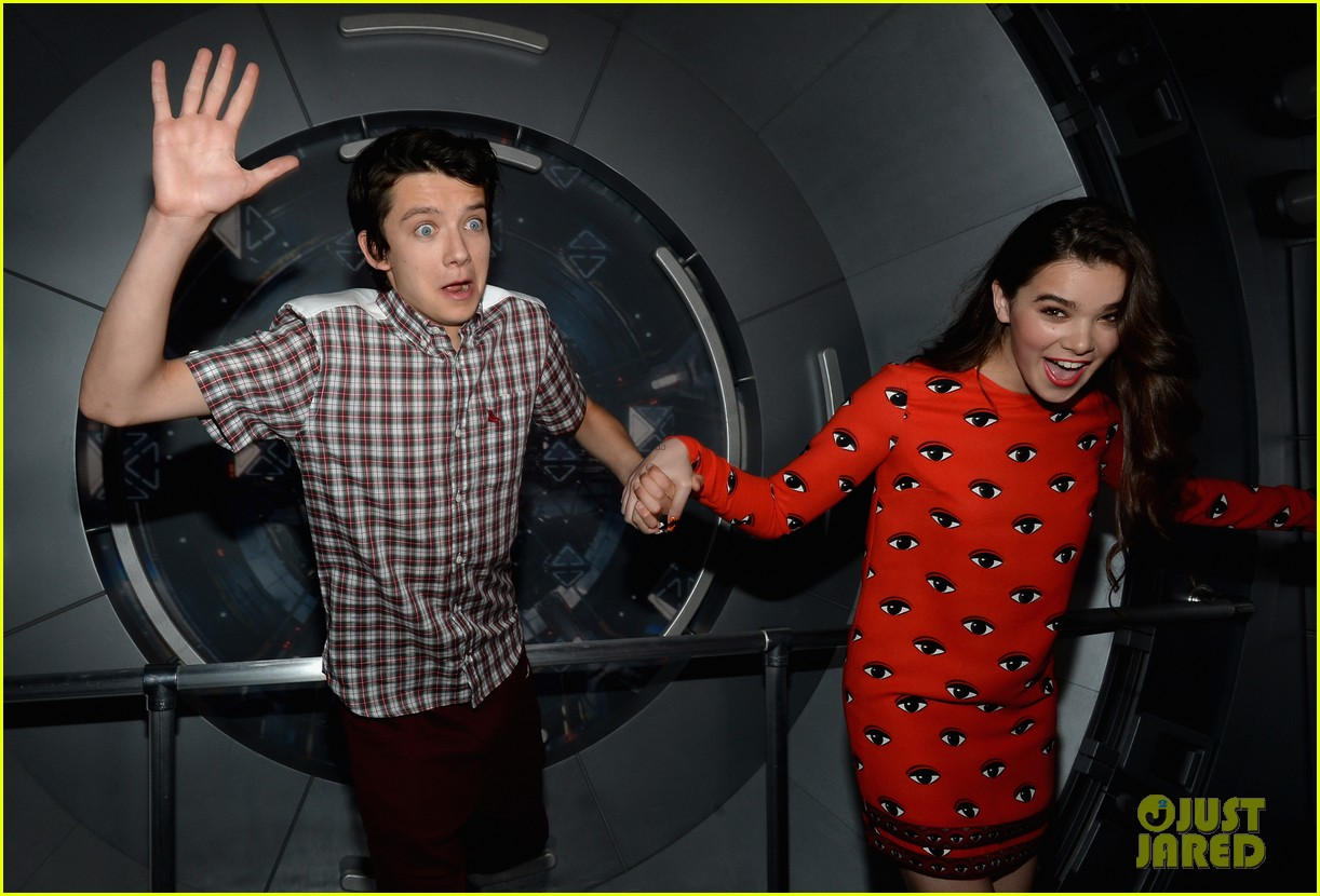 hailee steinfeld asa butterfield enders game at comic con 25