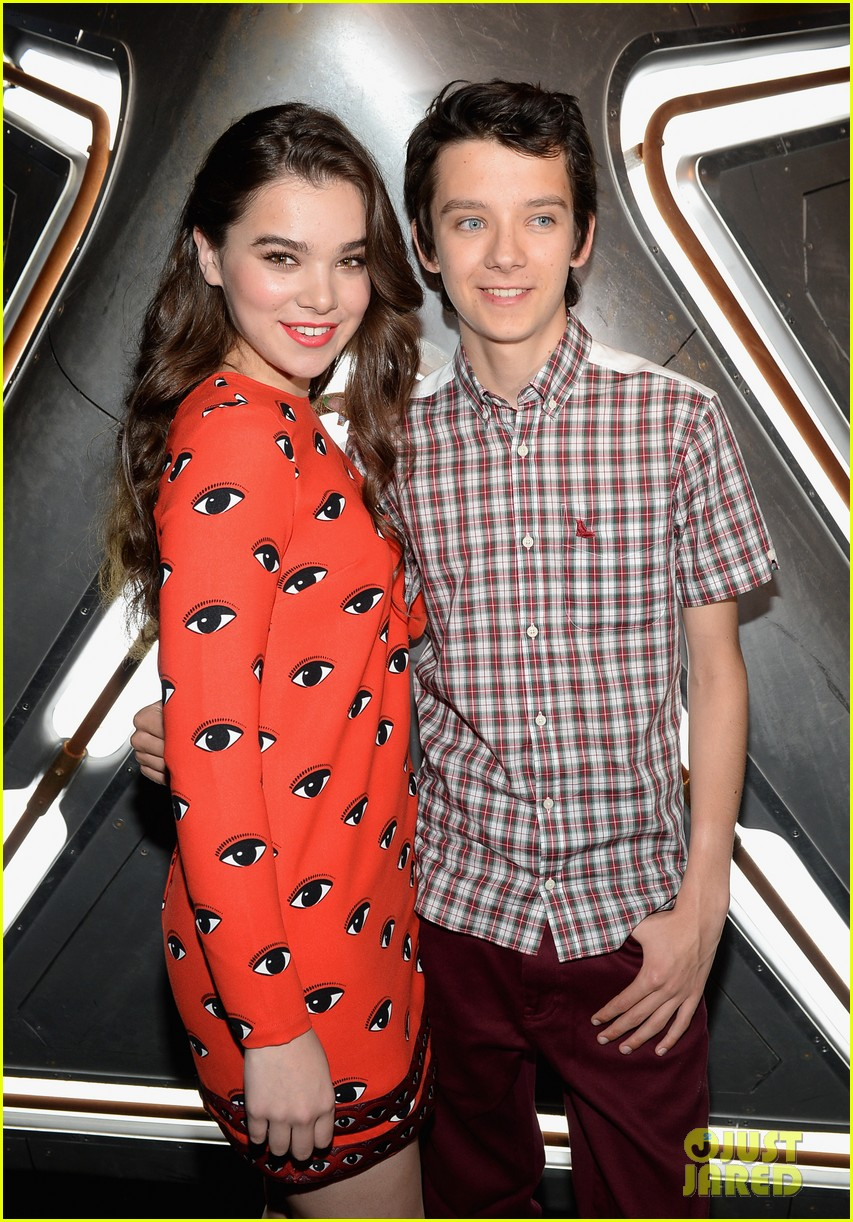 hailee steinfeld asa butterfield enders game at comic con 29