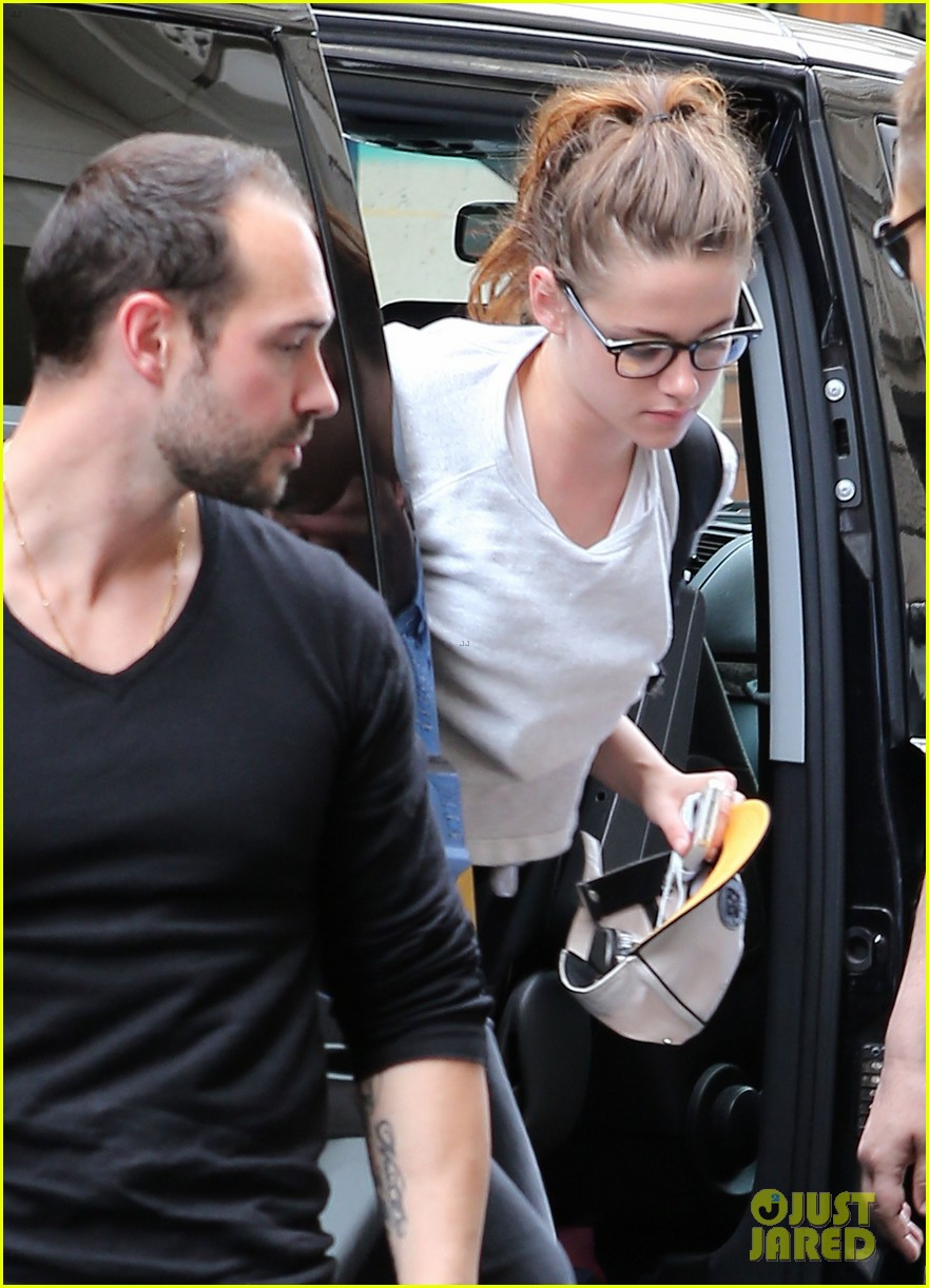 kristen stewart arrives at paris hotel 02