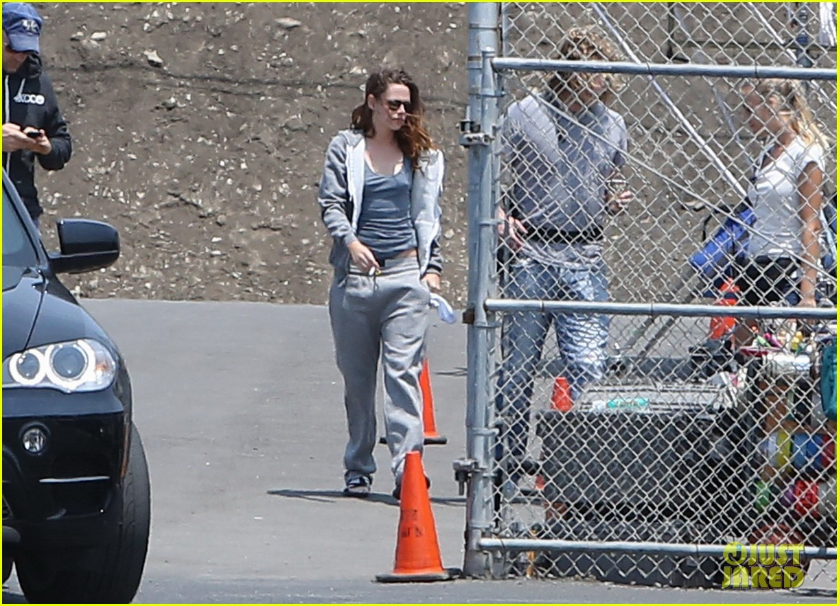 kristen stewart arrives on set in sweats 042911561