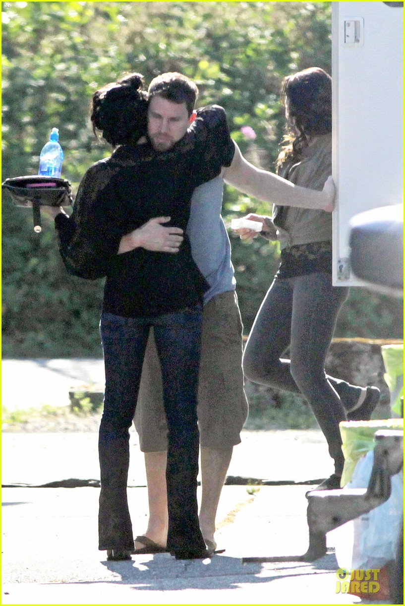channing tatum visits jenna dewan on witches of east end set 01