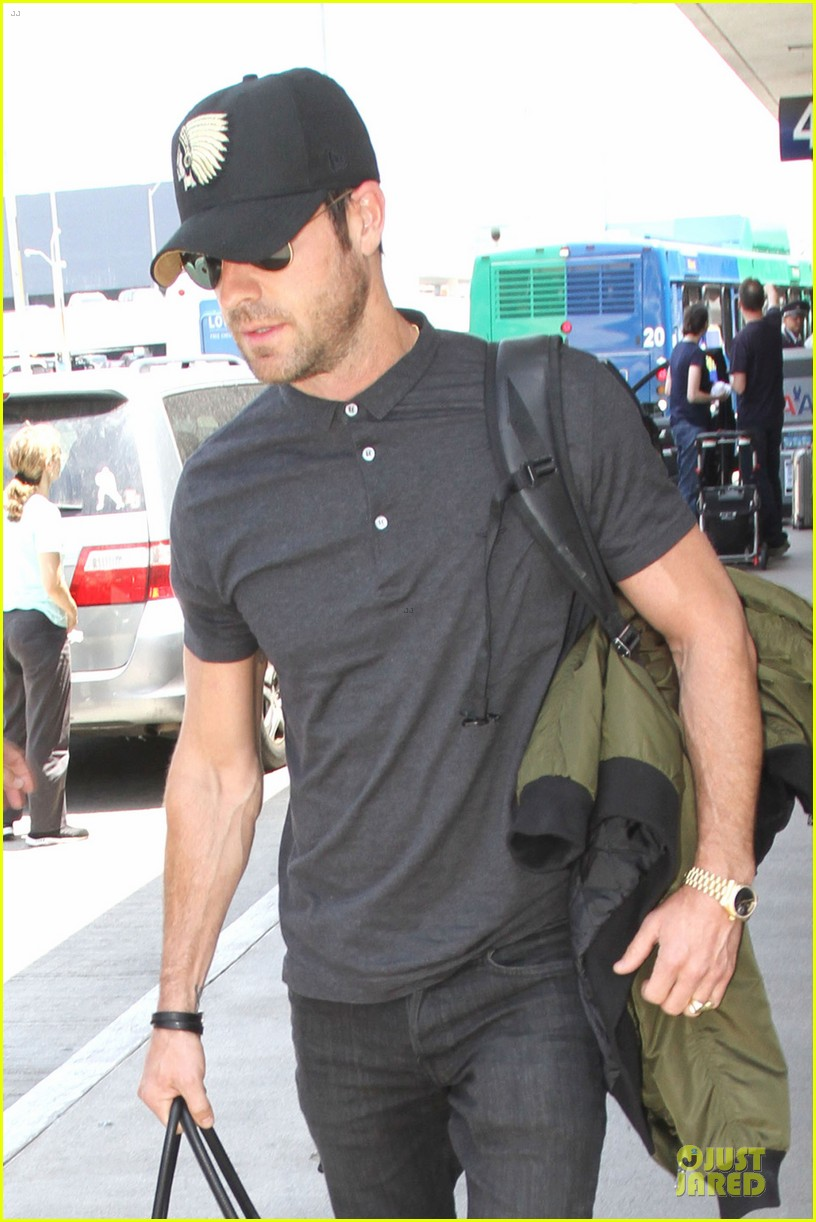 justin theroux supports indians at lax 022908643