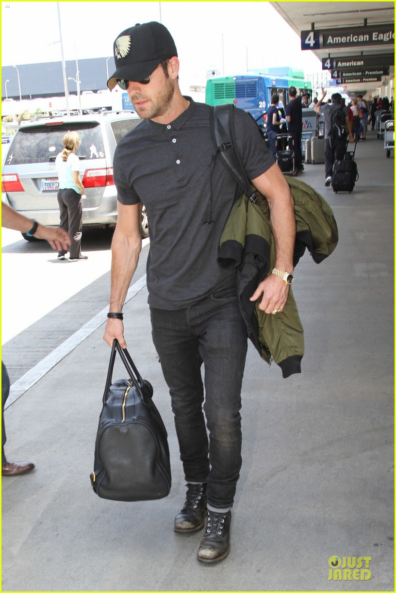justin theroux supports indians at lax 05