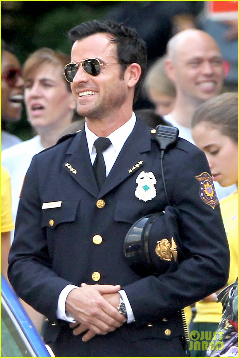 justin theroux is the man in uniform for the leftovers 112906034