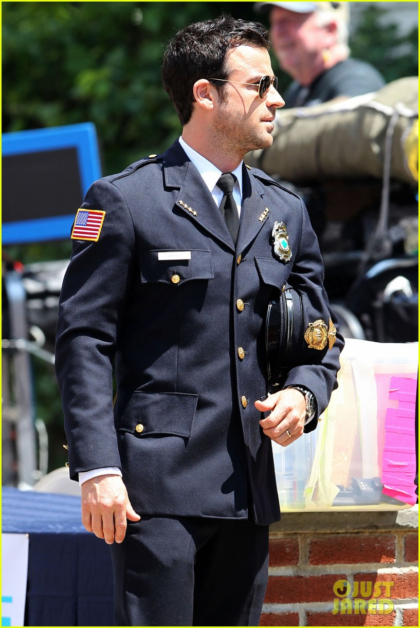 justin theroux is the man in uniform for the leftovers 172906040