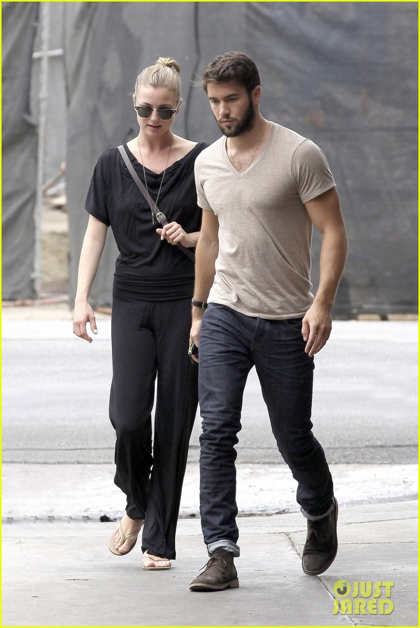 emily vancamp josh bowman little doms lunch lovers 01