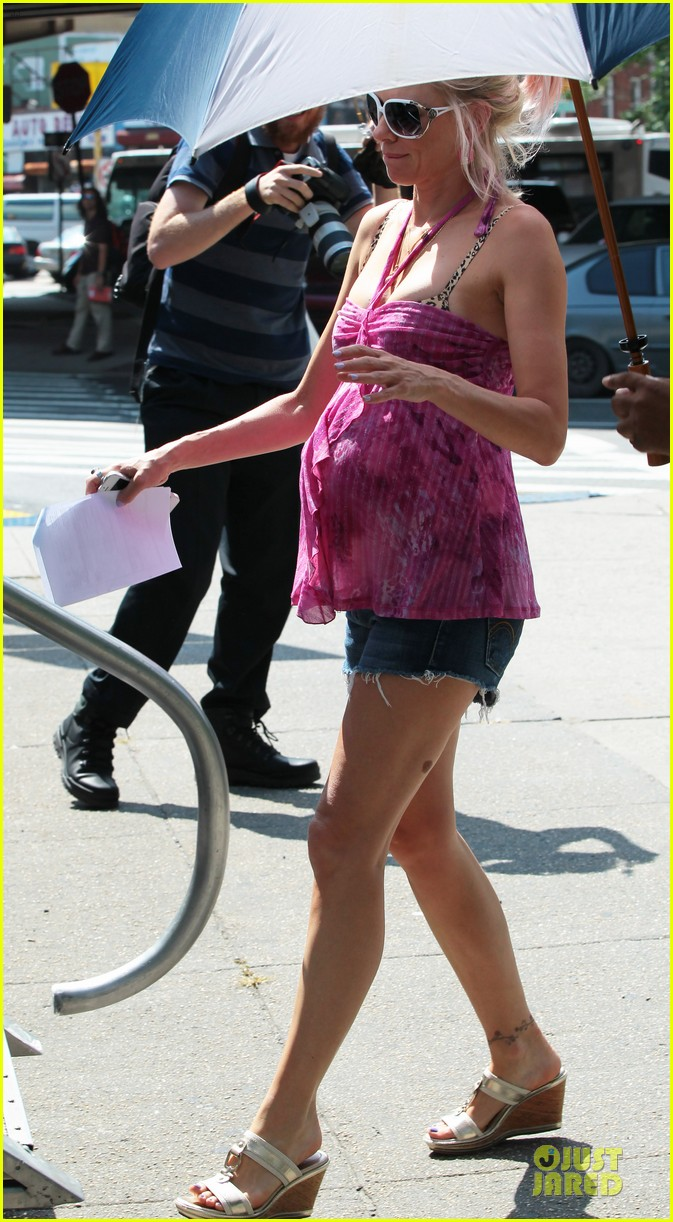 naomi watts fake baby bump on st vincent de van nuys set 032906334