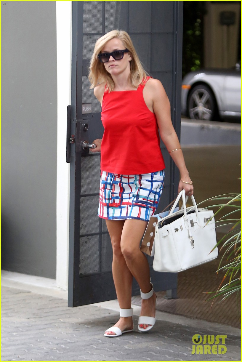 reese witherspoon takes car of business in beverly hills 03