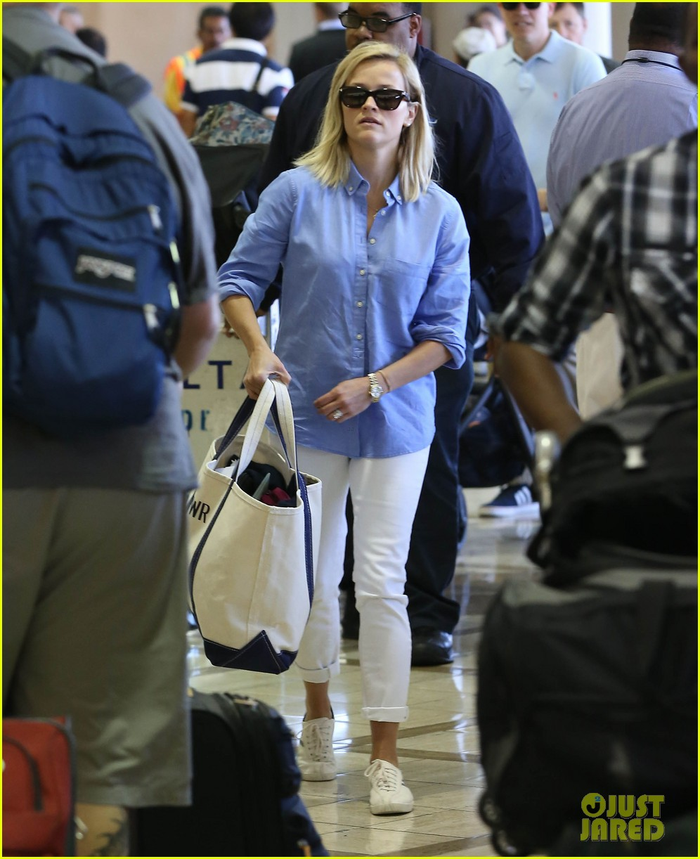 reese witherspoon flies the skies with baby tennessee 01