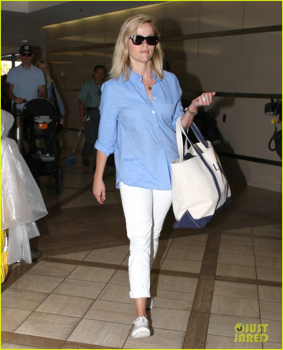 reese witherspoon flies the skies with baby tennessee 03