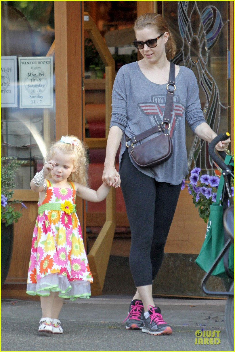 amy adams educates aviana with books 07
