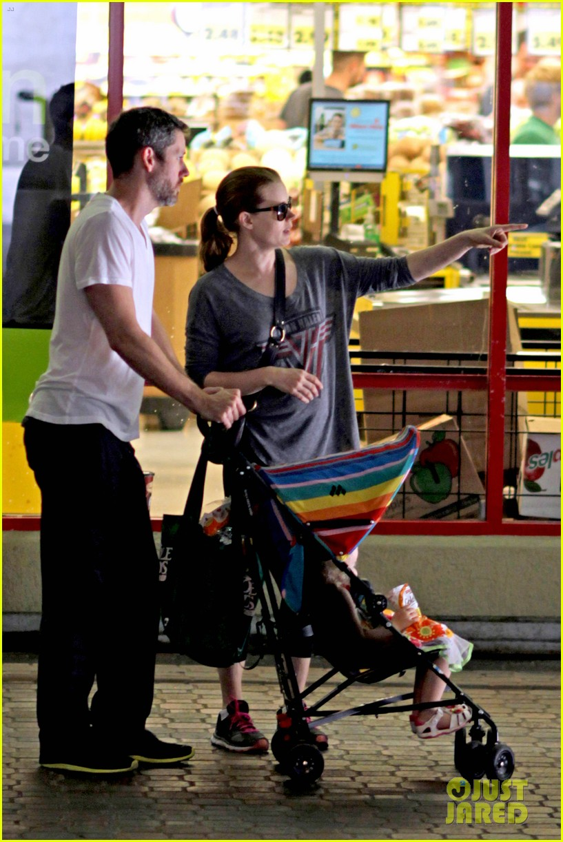 amy adams shops for groceries in vancouver with the family 112931090