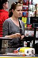 amy adams shops for groceries in vancouver with the family 02
