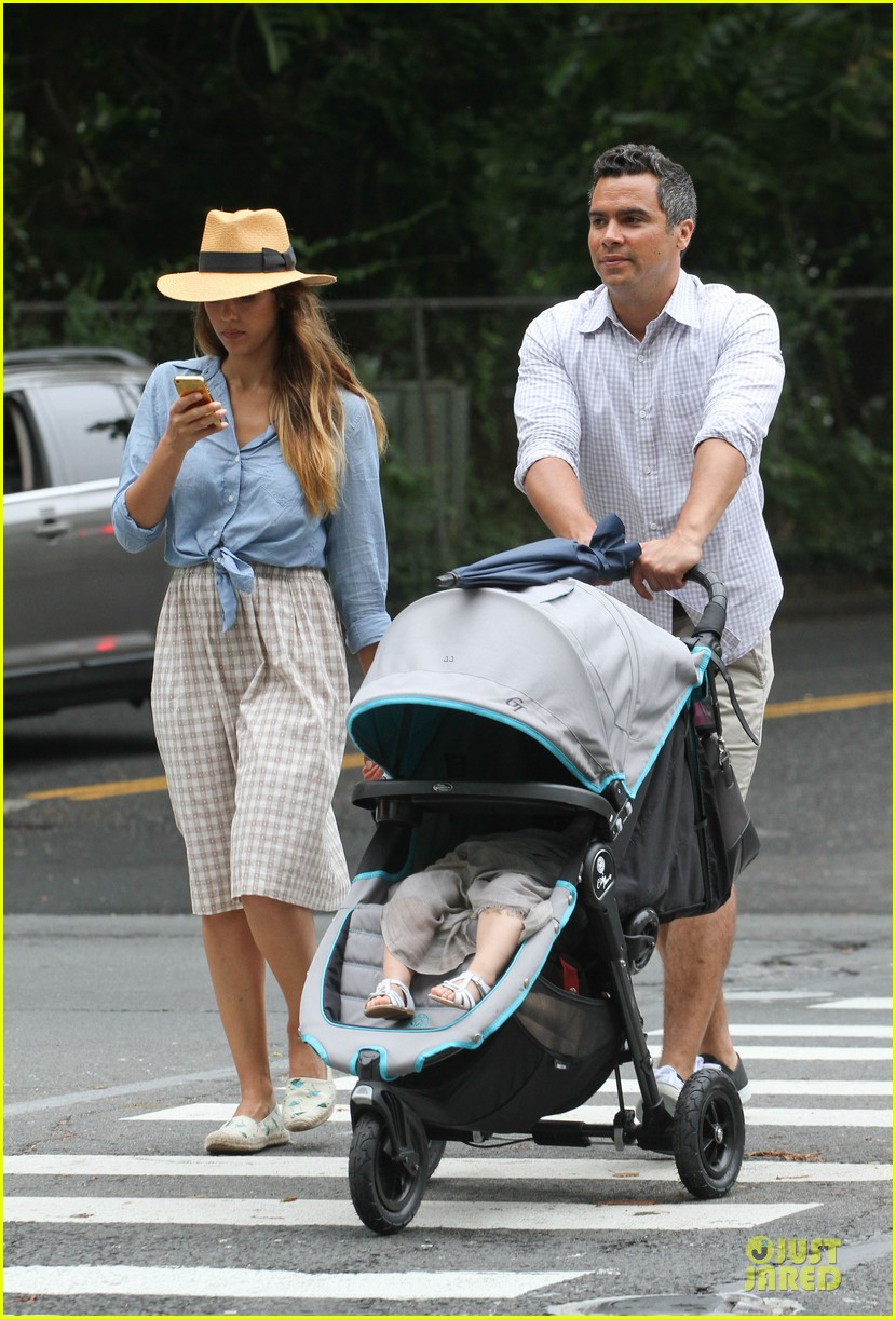 jessica alba cash warren east hampton stroll with haven 08