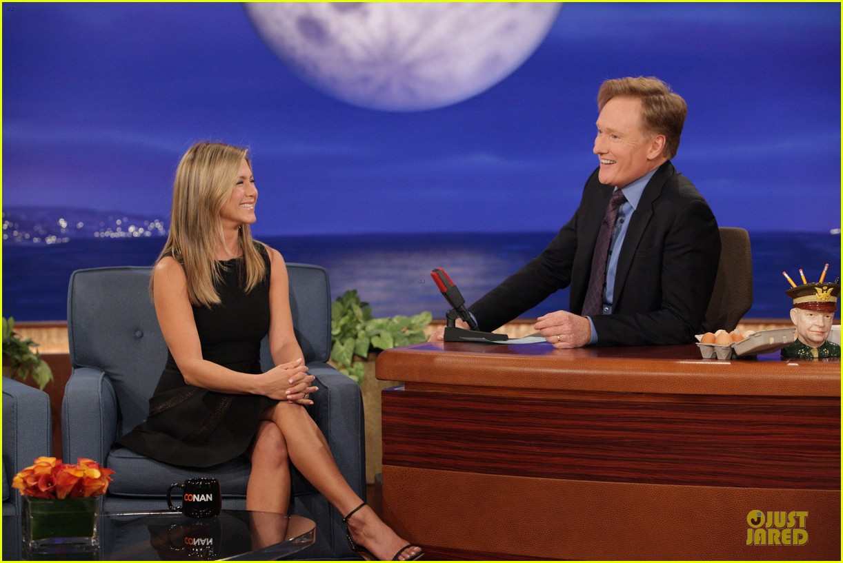 jennifer aniston gives chicken eggs to conan 01