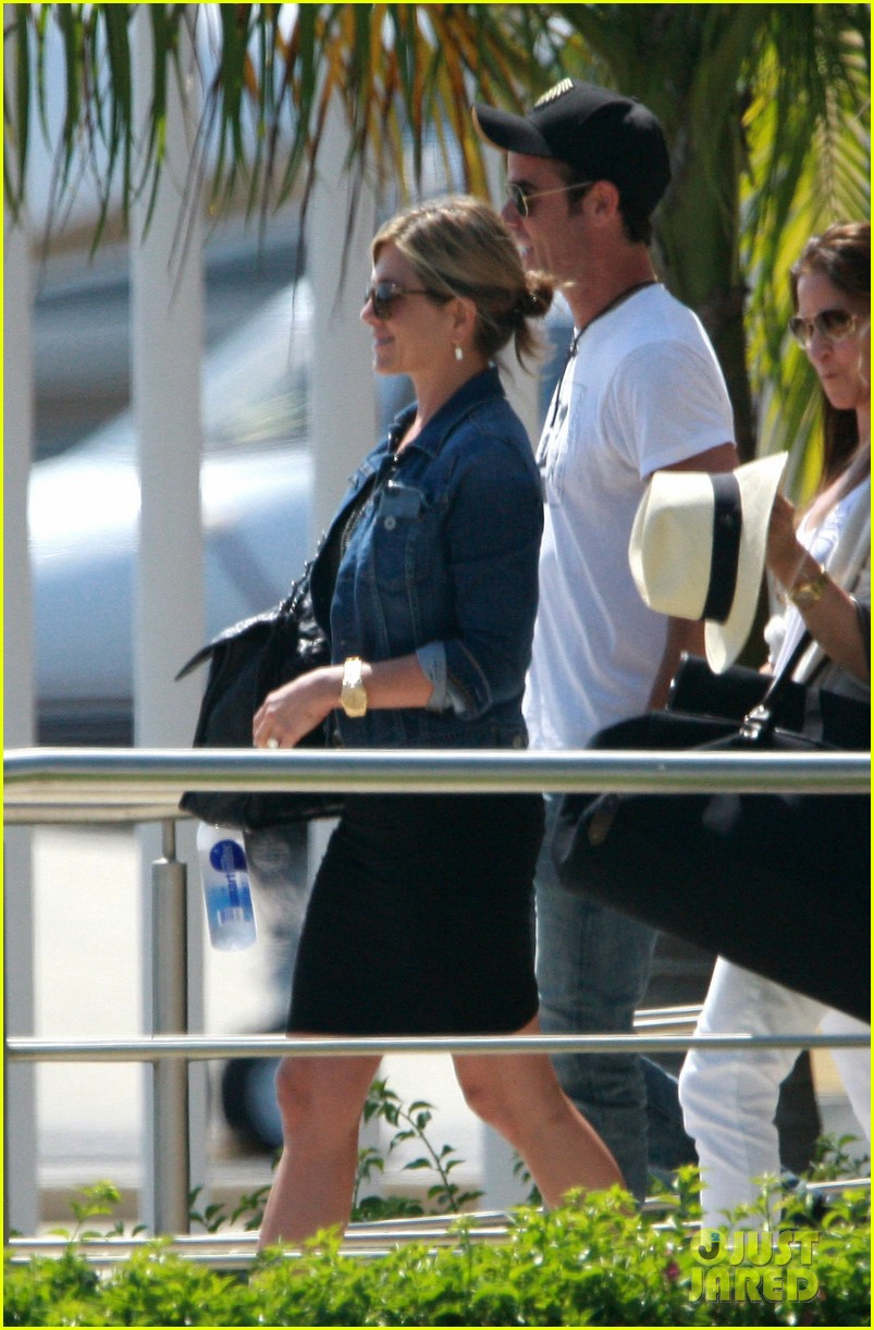 jennifer aniston justin theroux receive warm welcome in mexico 022933950