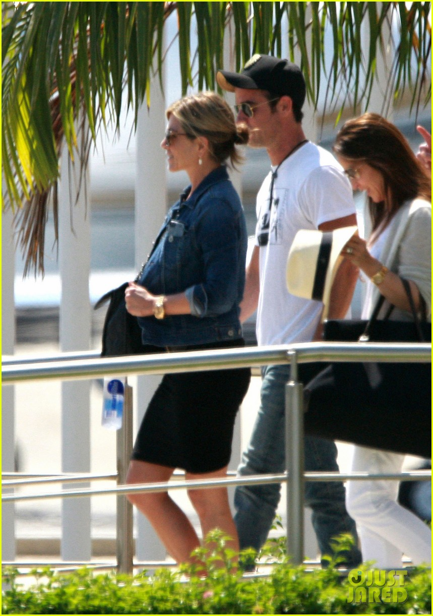 jennifer aniston justin theroux receive warm welcome in mexico 062933954