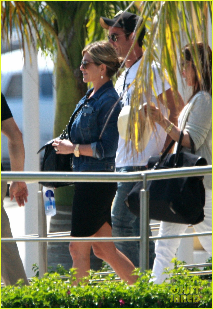 jennifer aniston justin theroux receive warm welcome in mexico 092933957