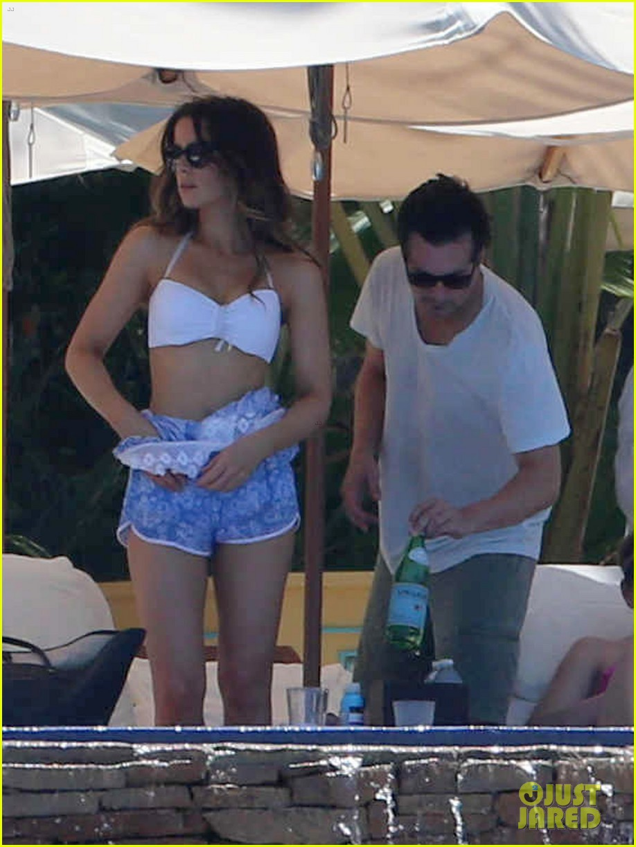 kate beckinsale white hot bikini babe with hubby len wiseman 07