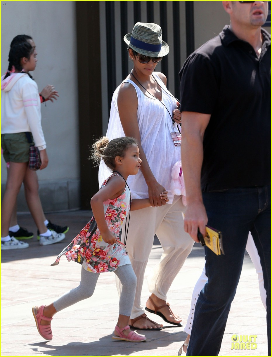 halle berry nahla universal studios hollywood fun 01