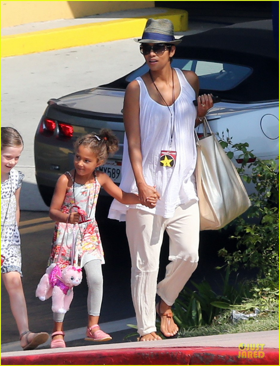 halle berry nahla universal studios hollywood fun 03
