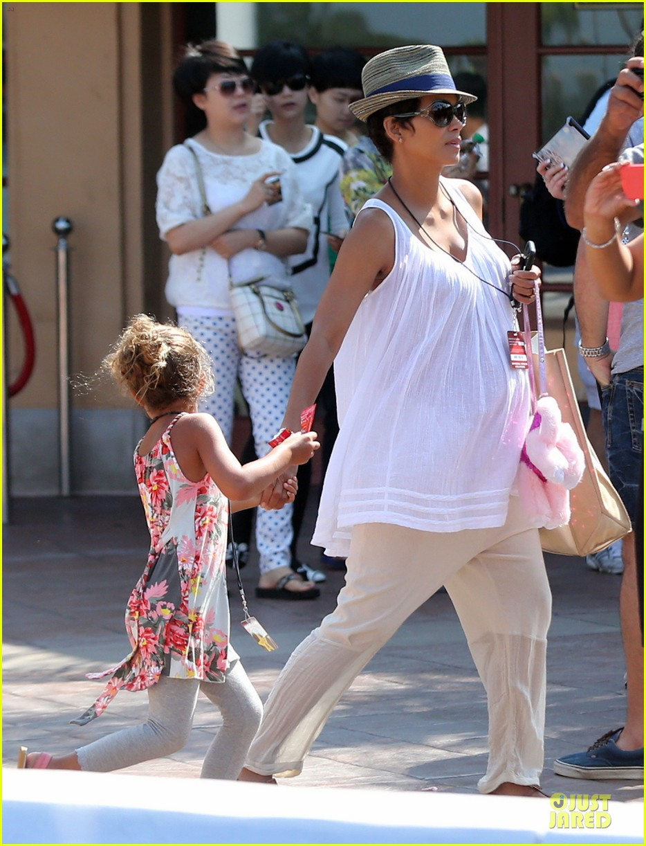 halle berry nahla universal studios hollywood fun 04