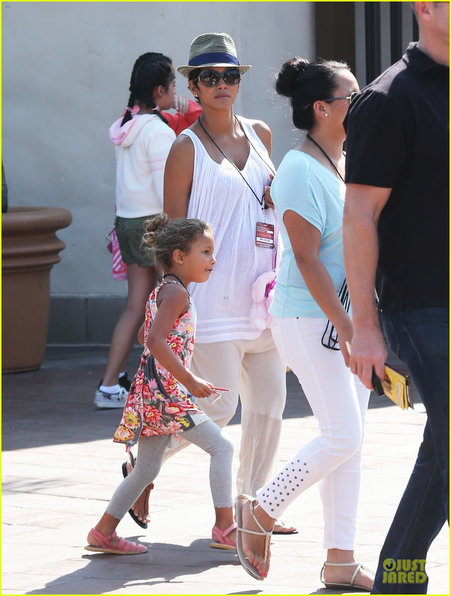 halle berry nahla universal studios hollywood fun 262925048
