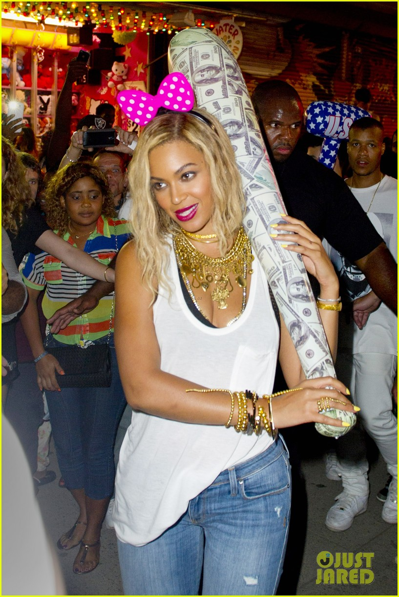 beyonce has dance off at coney island wears pink bow 04