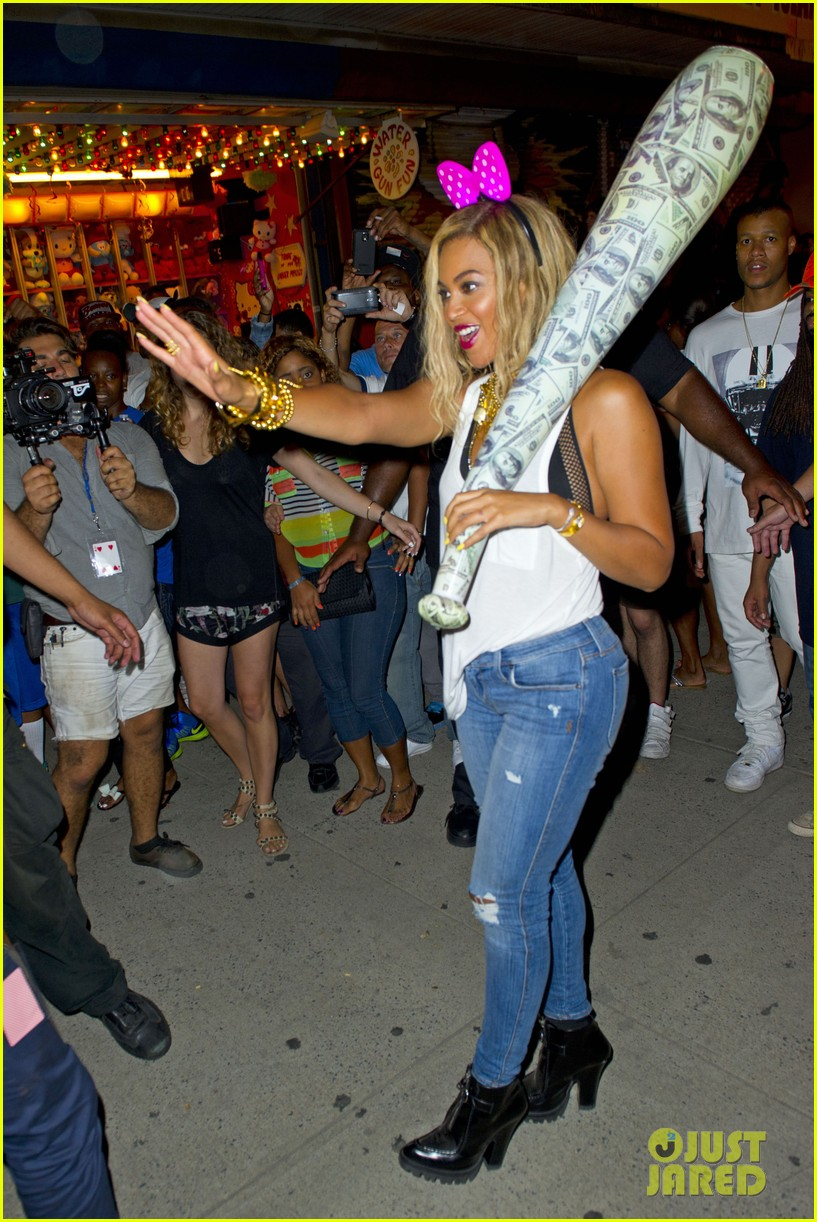 beyonce has dance off at coney island wears pink bow 05