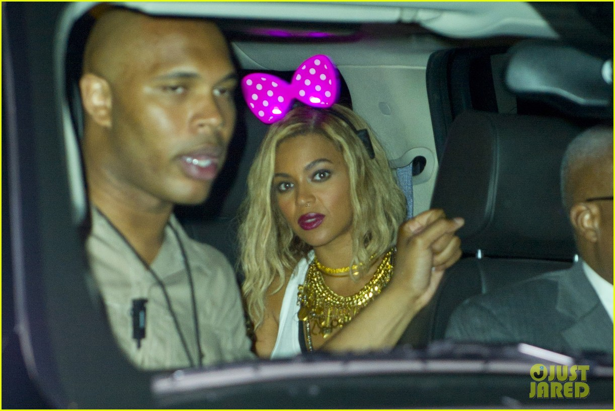 beyonce has dance off at coney island wears pink bow 15