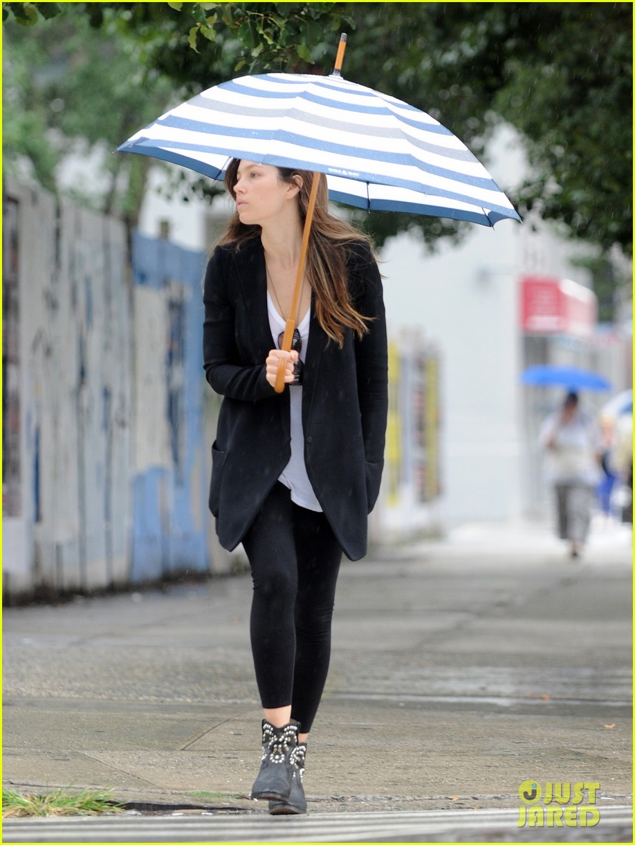 jessica biel rainy day in nyc 06