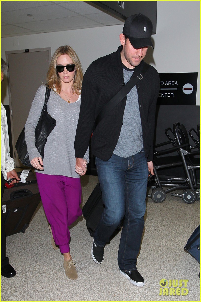emily blunt john krasinski hold hands for lax landing 07