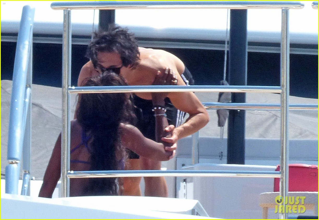 adrien brody shirtless yacht yoga with naomi campbell 03