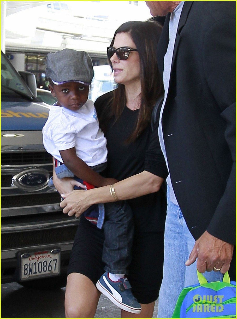 sandra bullock catches a flight with louis 072935826