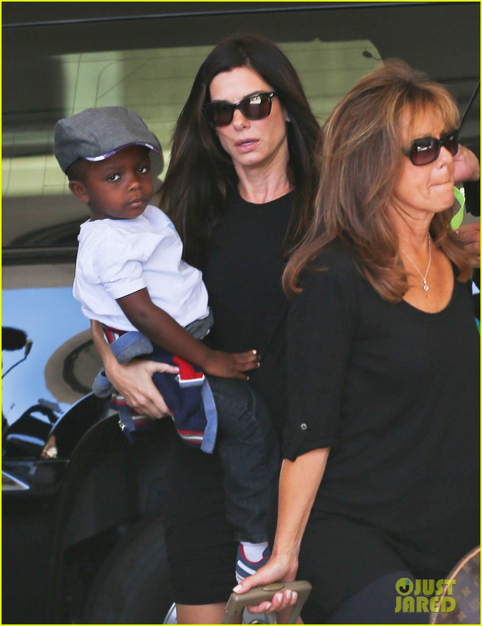 sandra bullock catches a flight with louis 102935829