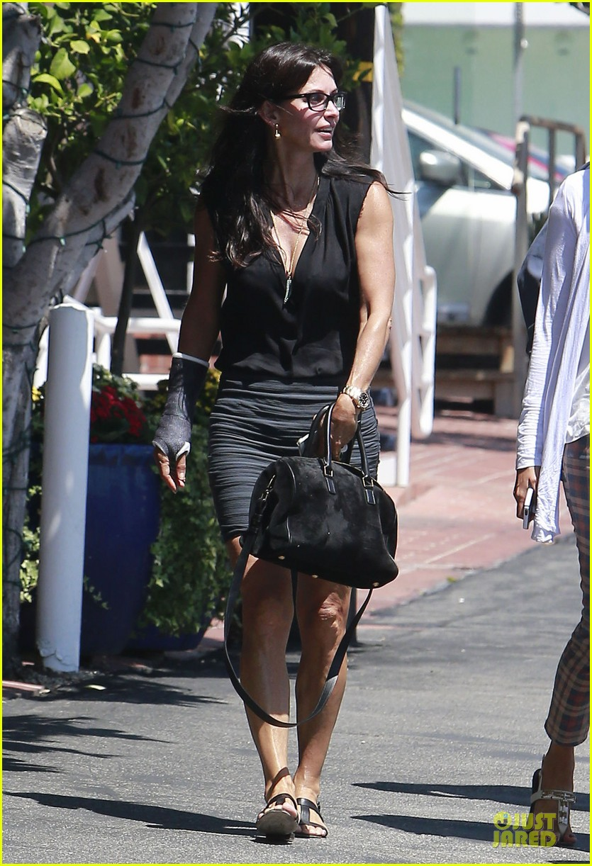 courteney cox grey cast for injured wrist 01