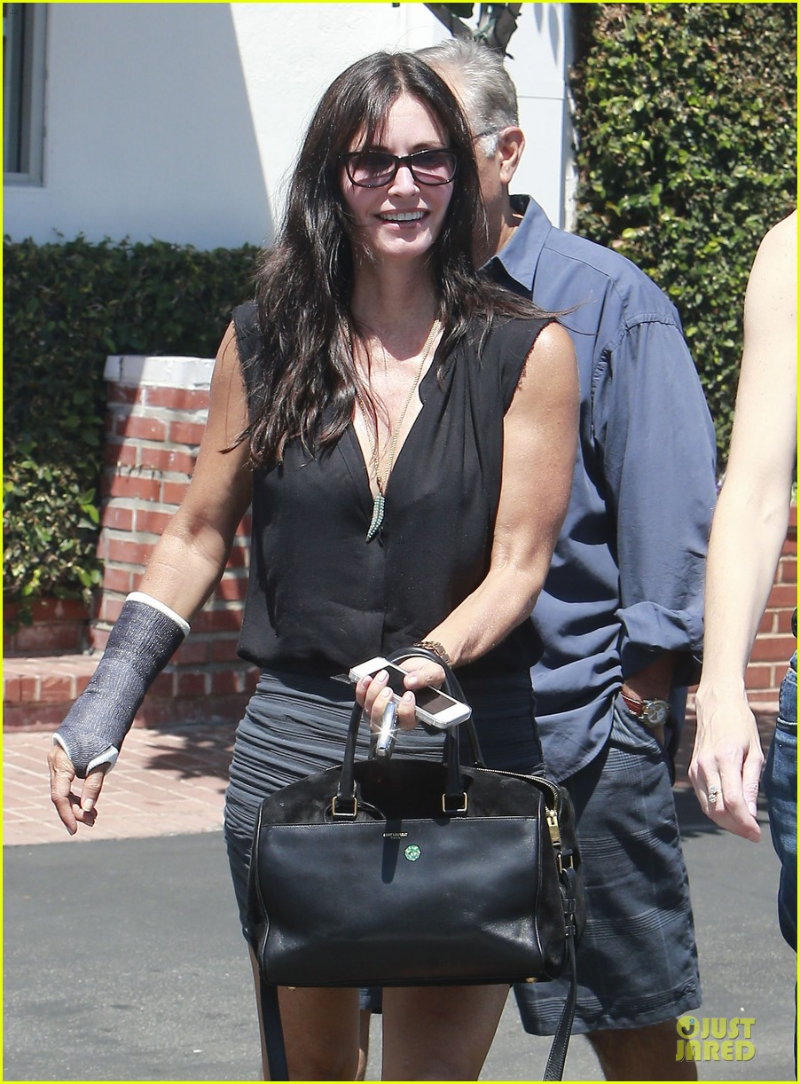 courteney cox grey cast for injured wrist 02
