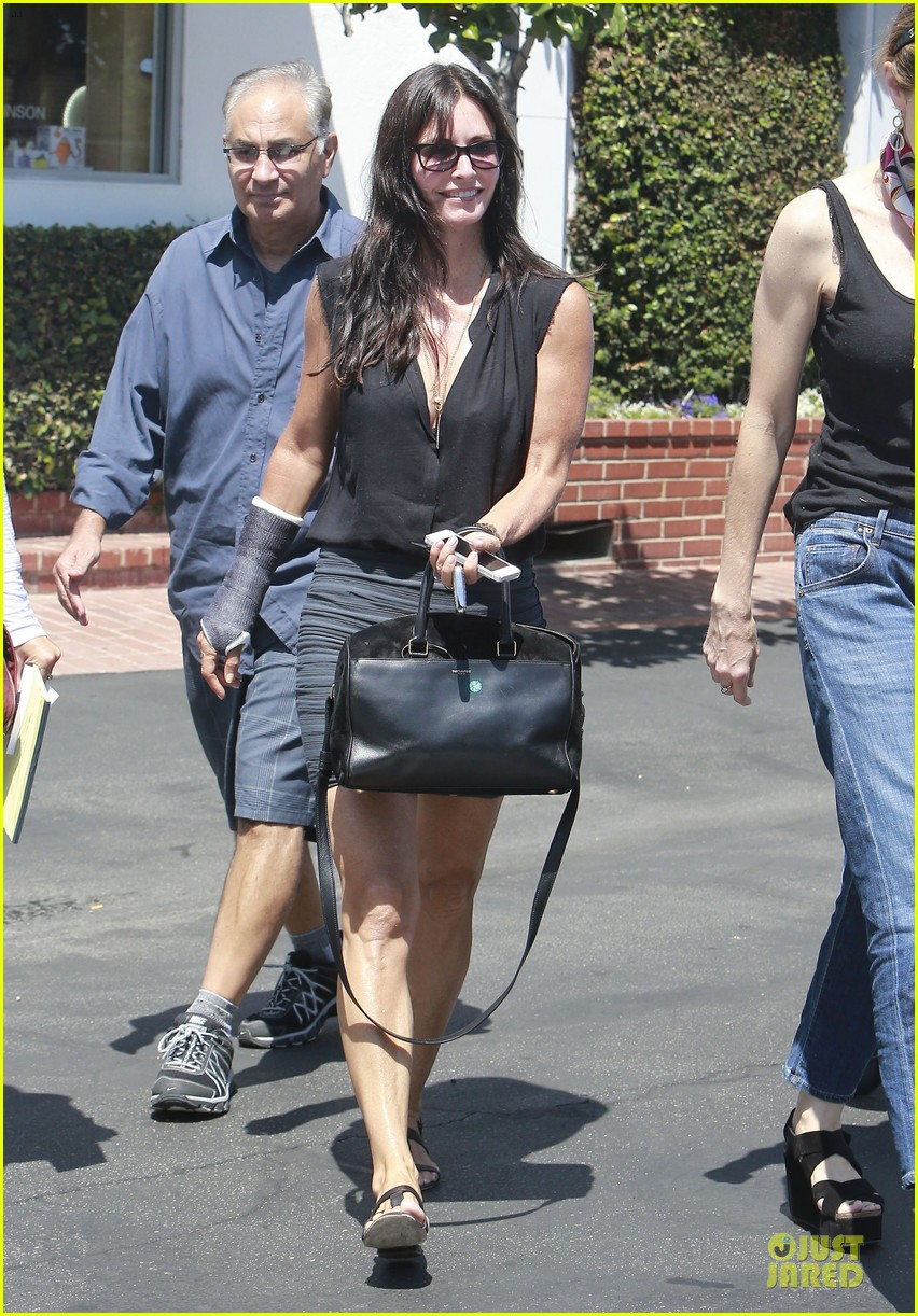 courteney cox grey cast for injured wrist 03