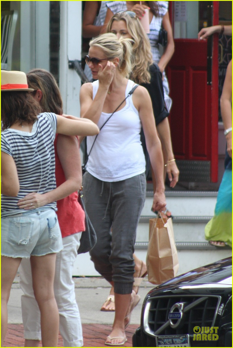 cameron diaz shows toned arms for friends gathering 012936411