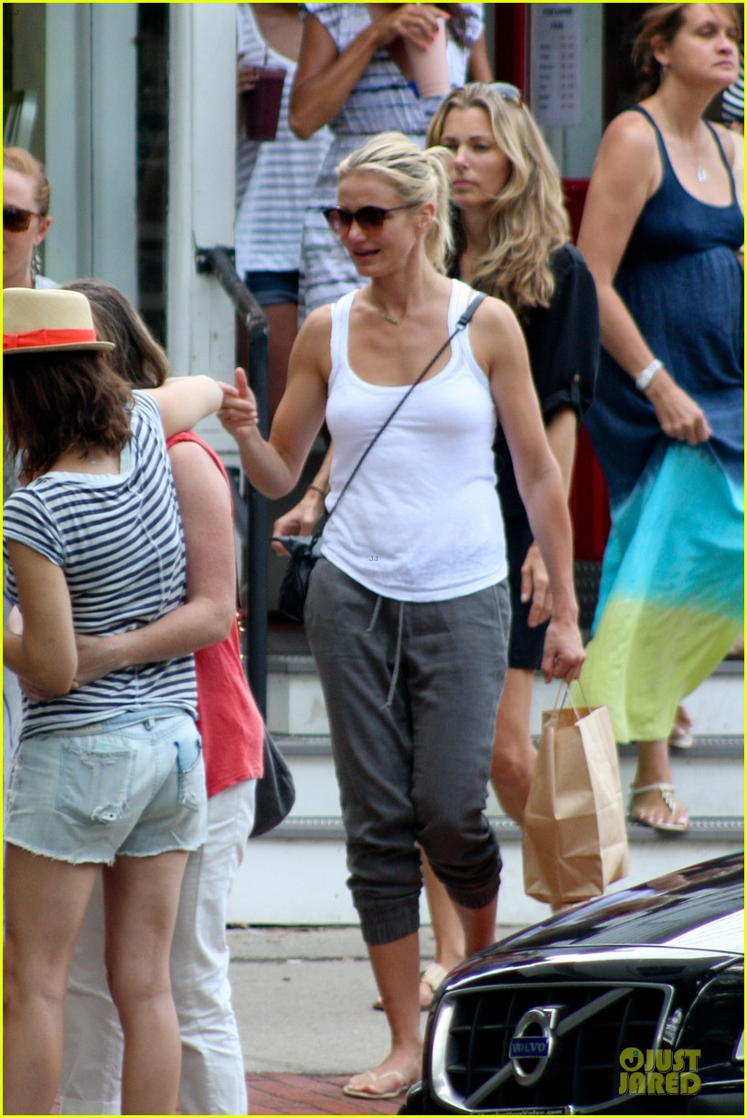 cameron diaz shows toned arms for friends gathering 08