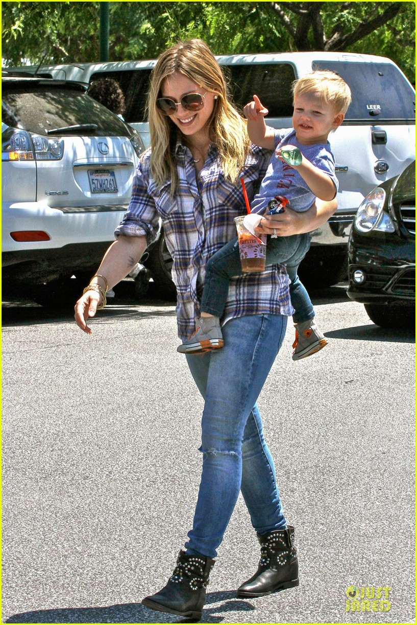hilary duff mike comrie start weekend with groceries 09